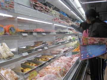 Giá cả hàng hóa biến động ngày cận Tết